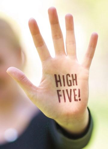 - high-five-handen