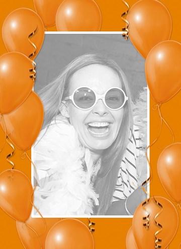 - fotokaart-staand-met-oranje-ballonnen