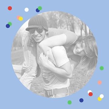 - fotokaart-vierkant-blanco-blauw-met-gekleurde-stipjes