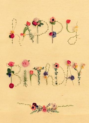 - Houten-kaart-Vrouw-Happy-Birthday-bloemen-letters
