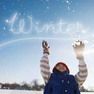 Winterkaart - jongetje-vangt-sneeuwvlokken