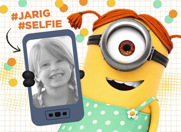 Verjaardagskaart kids - minion-kaart-meisje-hashtag-jarig-hashtag-selfie